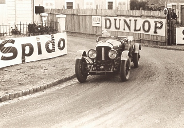 Tim_Birkin_takes_the_Pontilieue_Hairpin_in_Old_Number_1_Speed_6_Le_Mans_1929.jpg