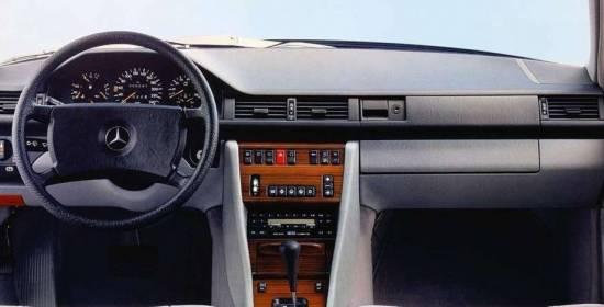 Tres décadas de excelencia en 24 fotos: así ha evolucionado el interior del Mercedes Clase E